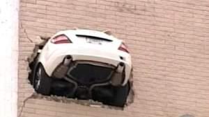 mercedes-trou-dans-le-mur